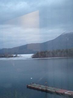 ホテルの窓から阿寒湖を望む…