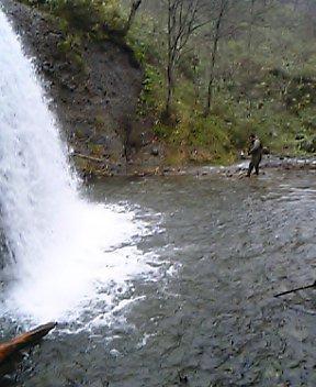 魚止めの滝の飛沫を浴びながら…